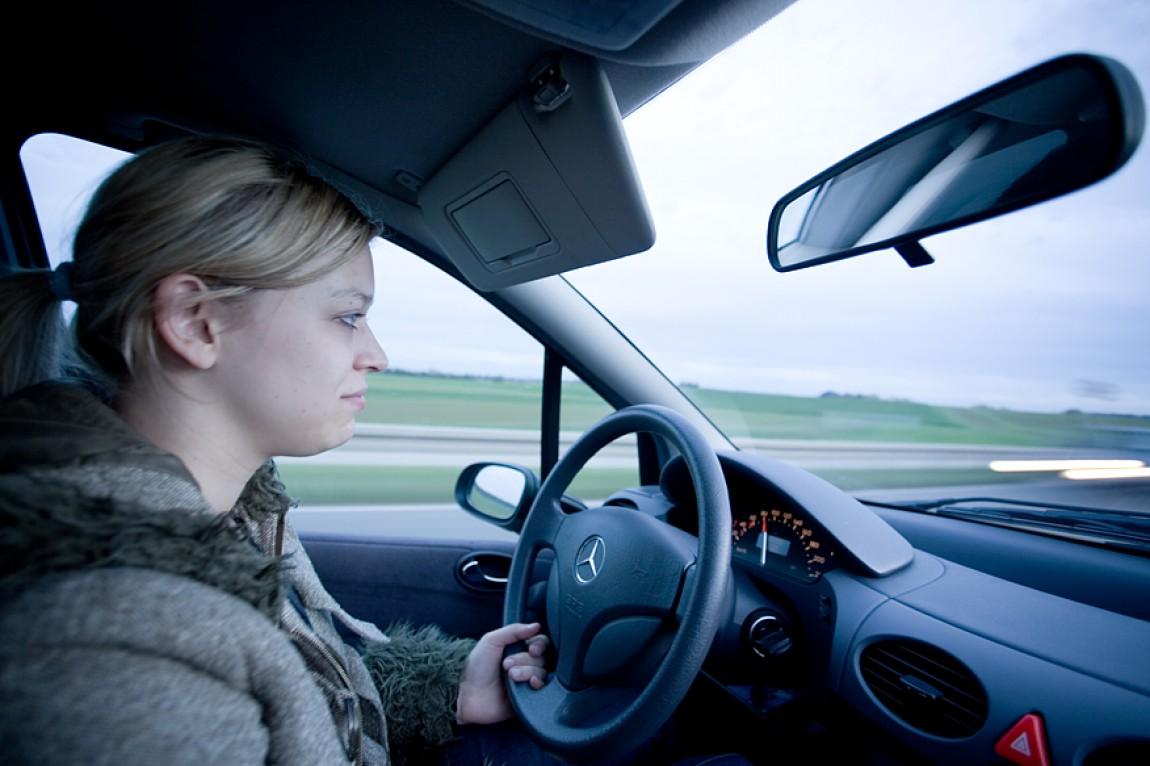 Danielle beim Autofahren
