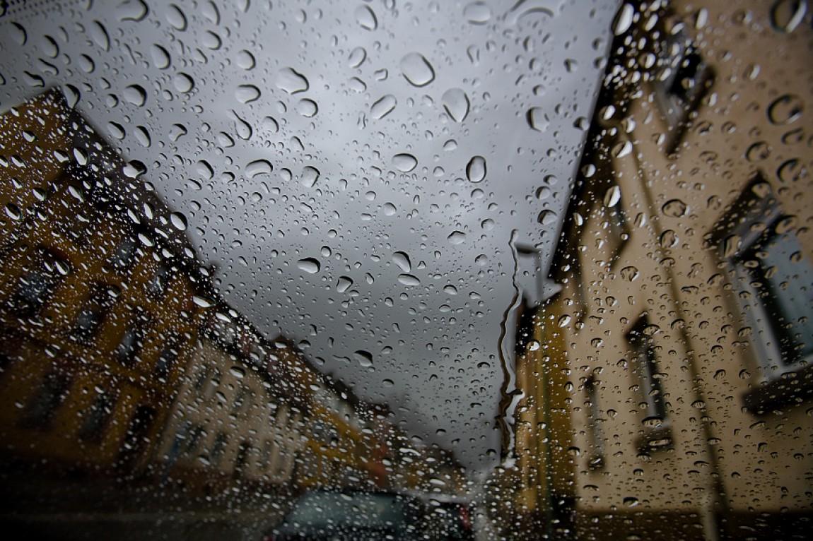 Regen auf der Scheibe