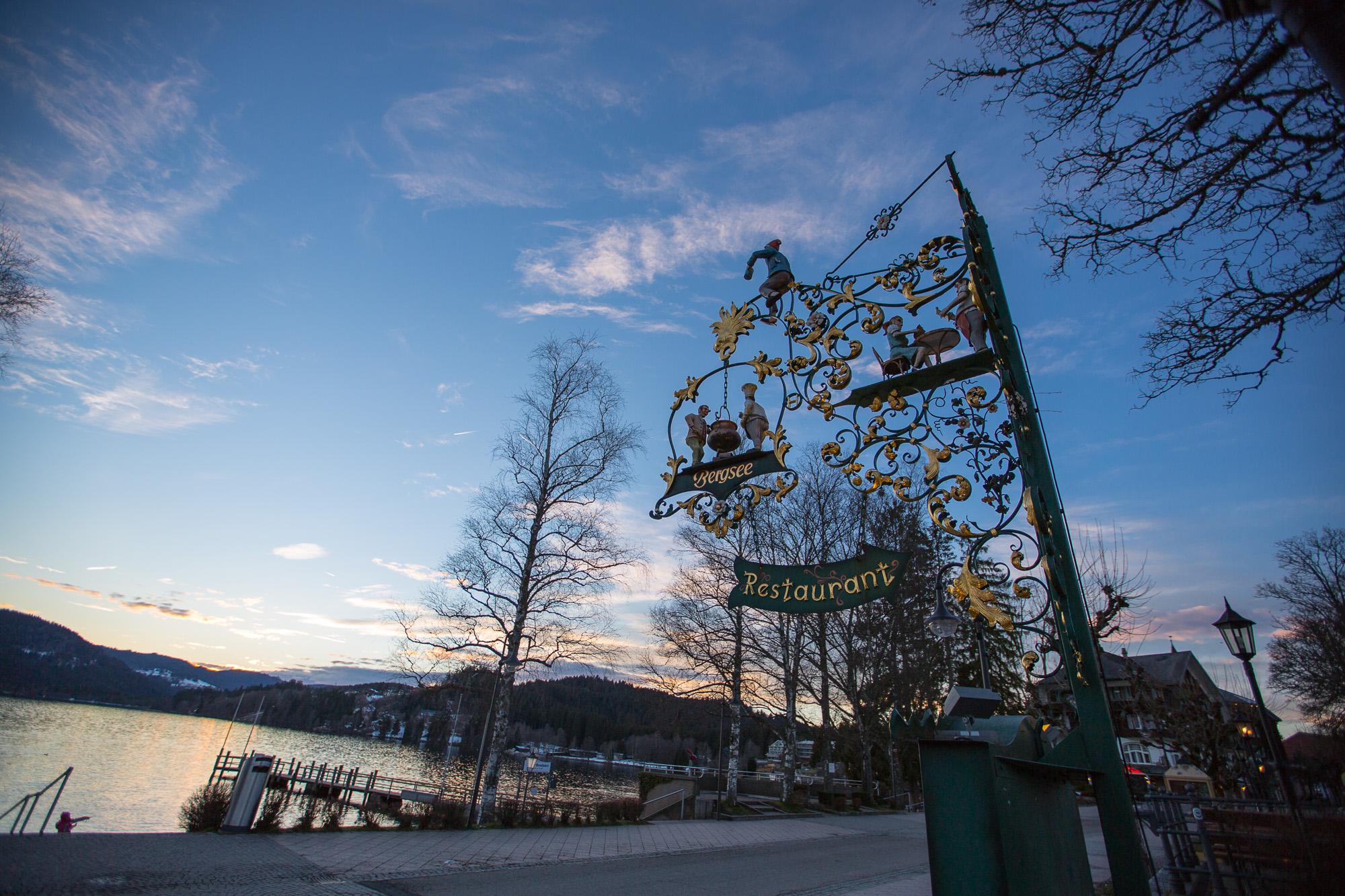 Das Wirtshausschild des Bergsee Restaurant Titisee