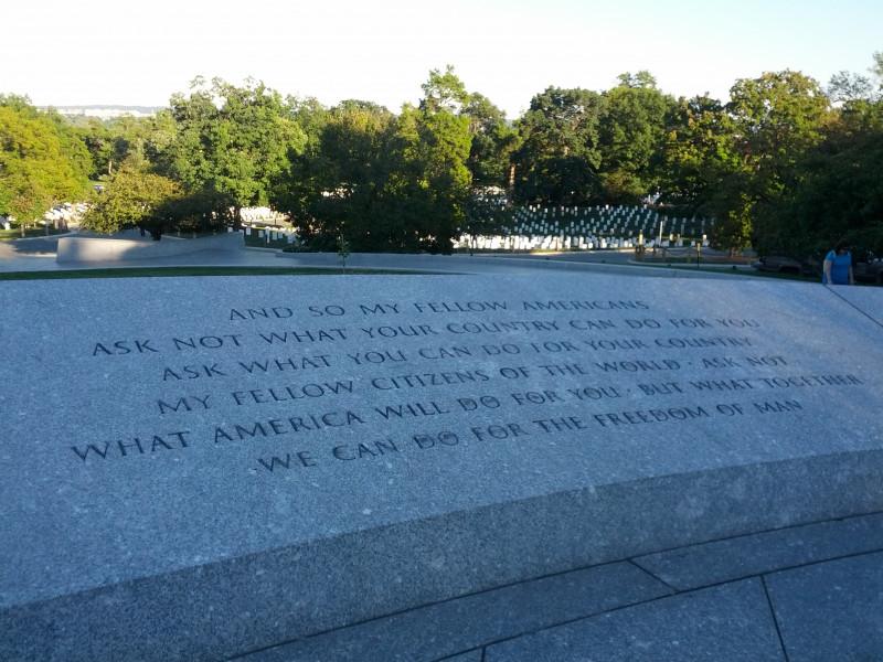 Am Grab von John F. Kennedy